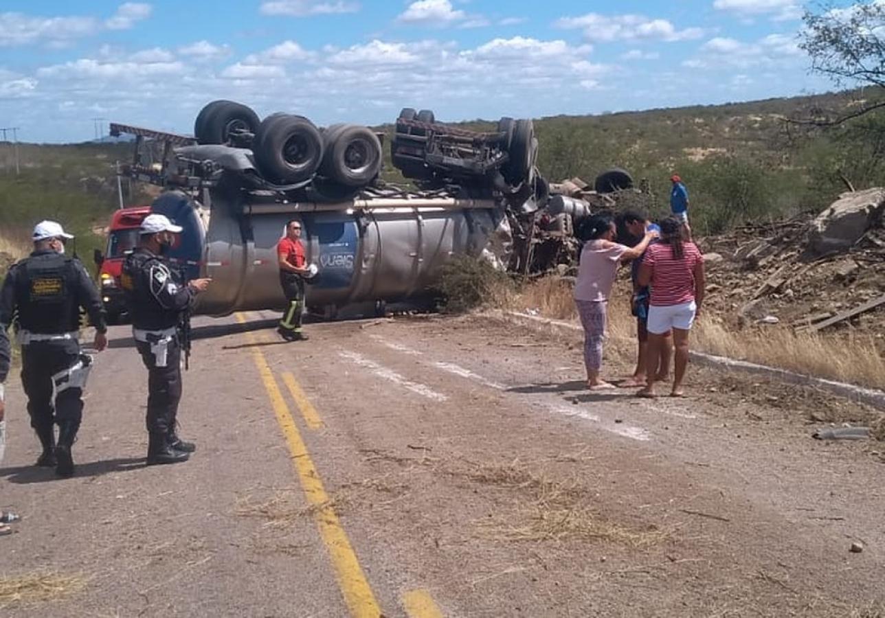 Quatro pessoas morrem e uma fica ferida após carro-pipa capotar sobre caminhonete no RN