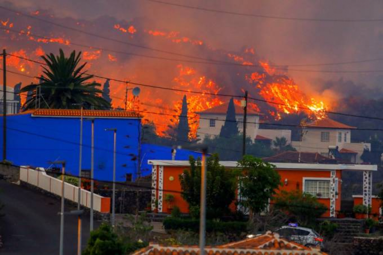Erupção de vulcão em ilha de La Palma provoca fugas e destrói casas