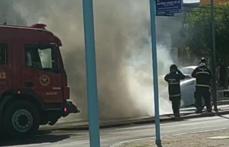 Carro pega fogo na avenida João da Escóssia, em Mossoró